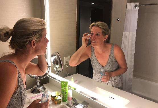 Wendy maakt haar gezicht schoon.