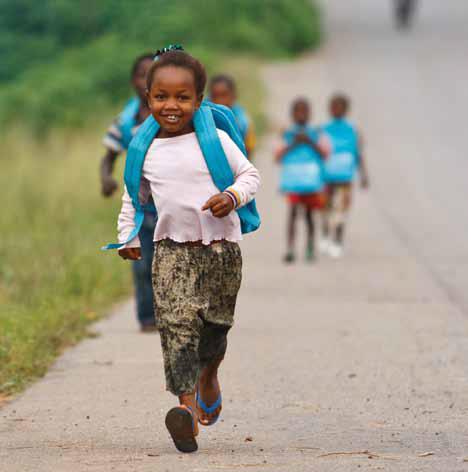 UNICEF Projekt Kinder in die Schule lachendes Mädchen mit Rucksack laufend