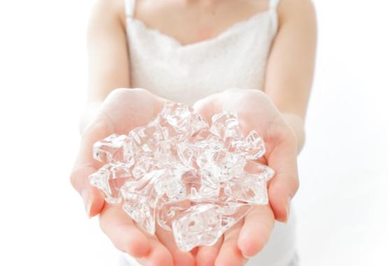 Hand met ijsblokjes