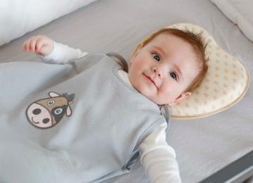 7 Baby Kissen gegen Plattkopf flachkopf Plagiozephalie aus bio baumwolle memory foam 2 bezüge und sommer schlafsack
