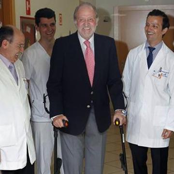 El Rey de España Don Juan Carlos de Borbón luego de la cirujia en sus piernas usando las Muletas Ergobaum 7G